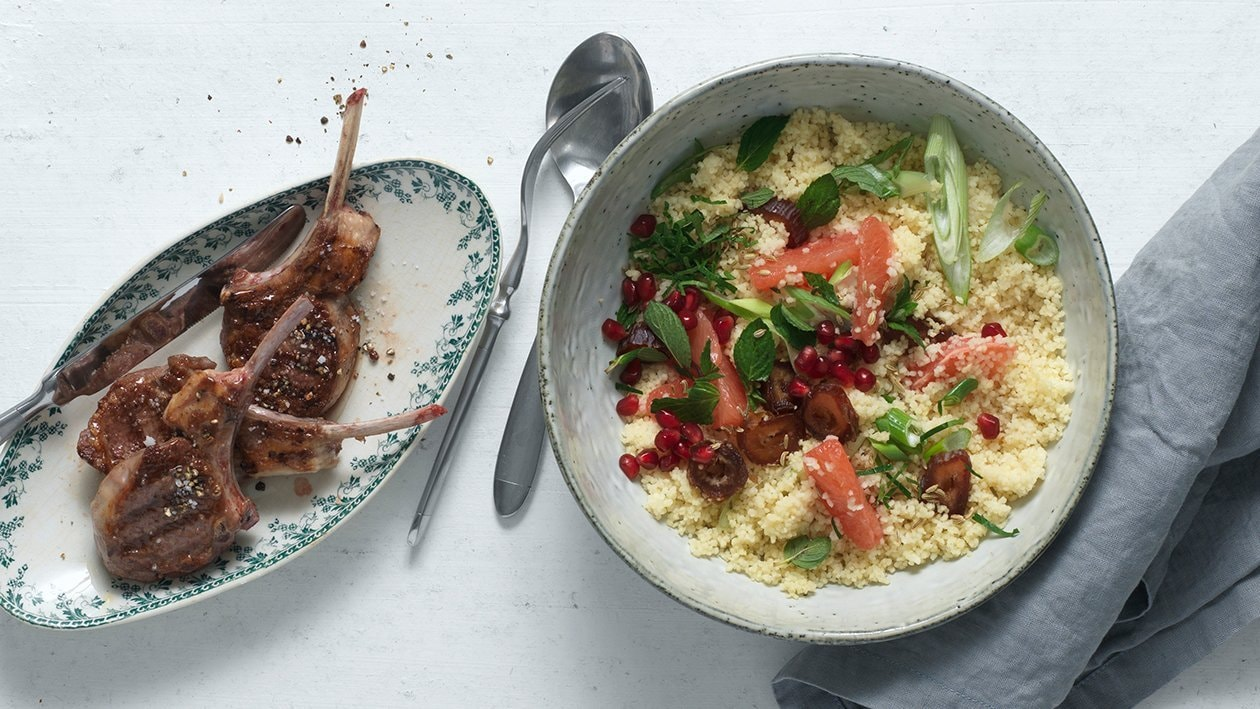 Couscous-Salat mit gegrillten Lamm-Kotletts