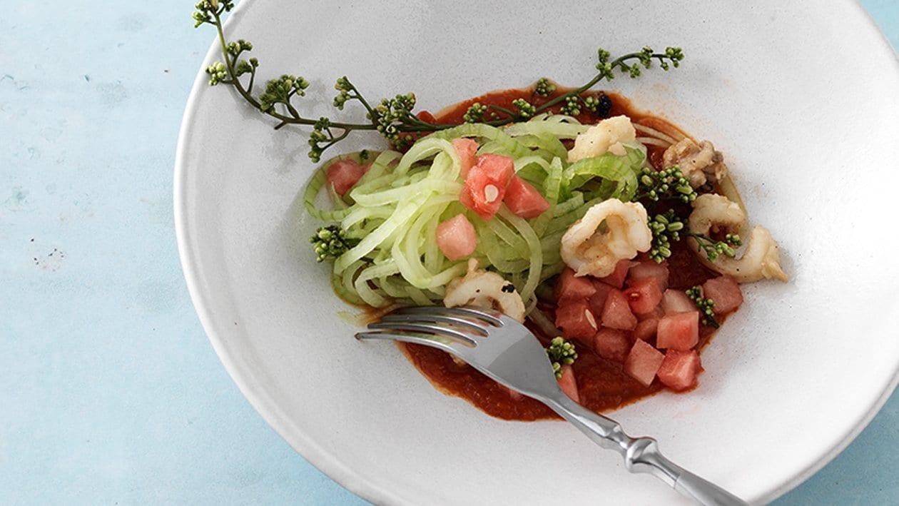 Gurkenspaghetti mit Wassermelone und pikanter Tomatencreme