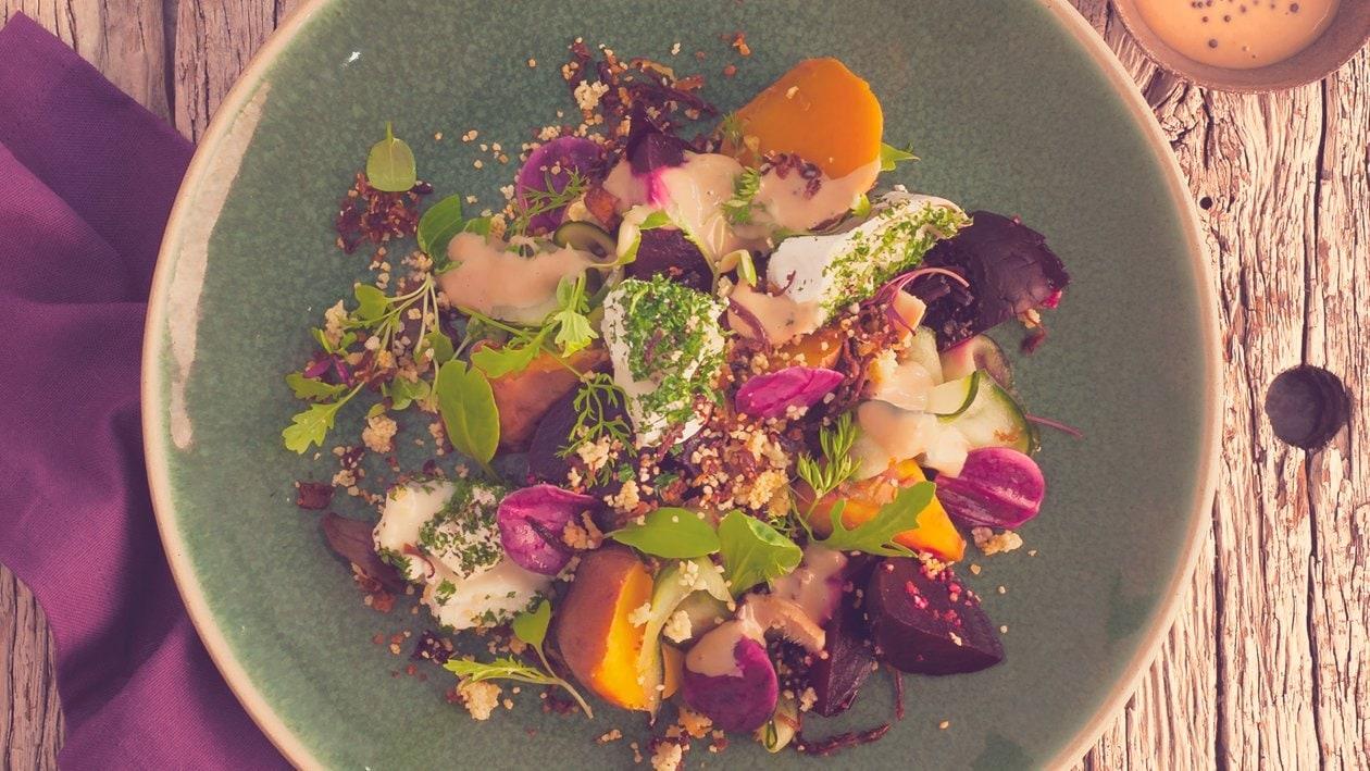 Salat Bowl mit gebackenen roten Rüben und Süßkartoffeln, Ziegenfrischkäse und Karamell-Honig-Senf Dressing