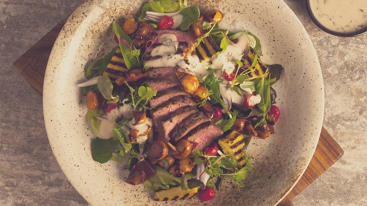 Salat Bowl mit gegrilltem Entrecôte, Polenta, Macadamia Nüssen und Thymian - Dressing