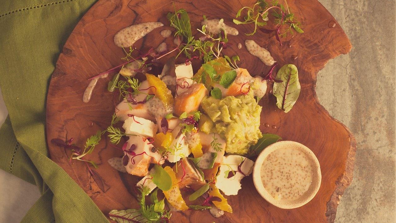 Salat Bowl mit geräucherter Maispoulade, Feta, Guacamole und Chia - Samen Dressing