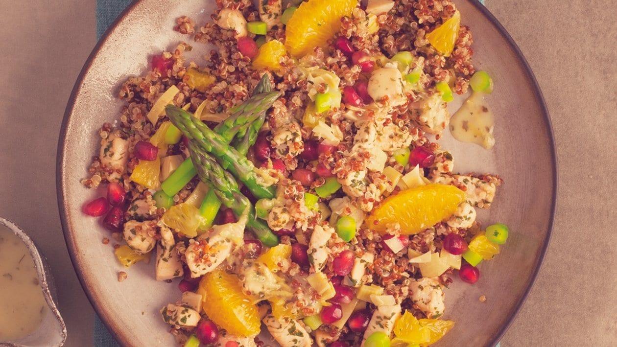 Salat Bowl mit lauwarmen Quinoa, Maispoularde, Spargel, Artischocken, Früchte - Konfetti und Zitrus- Vinaigrette