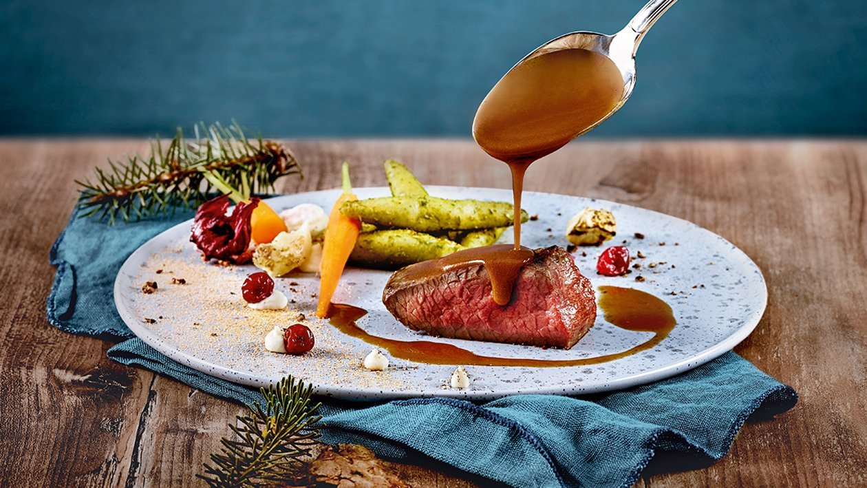 Hirschschulter - Sous Vide gegart, Sellerie Sumach Püree, Fichtenschupfnudel und Wacholderkrokant