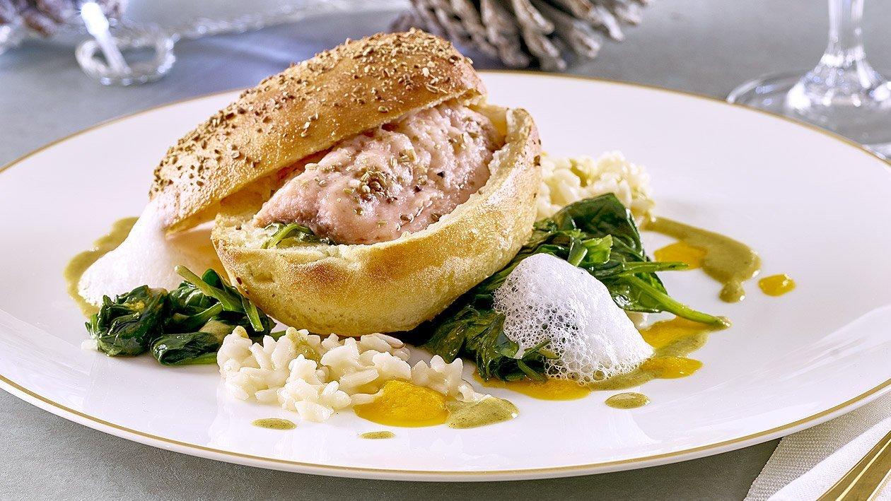 Lachsforelle in der Brotkruste mit Gewürzbutter auf Blattspinat mit Risotto