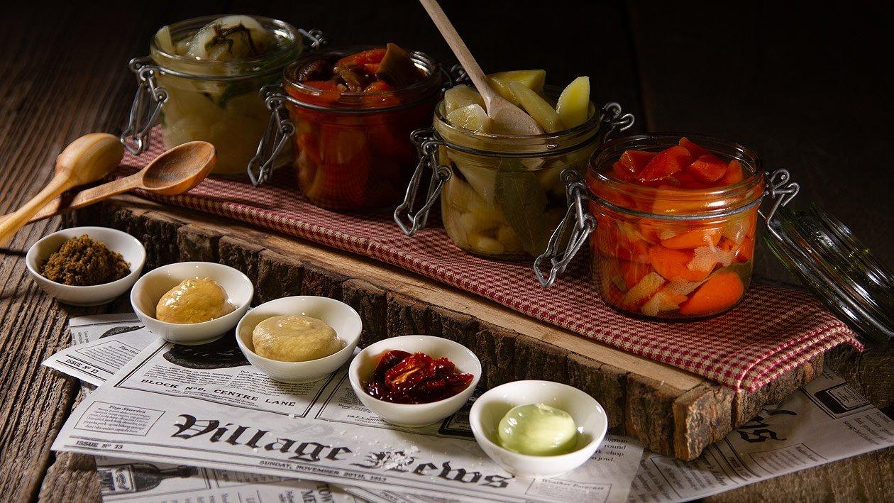 Eingelegtes Gemüse mit verschiedenen Dip Kreationen