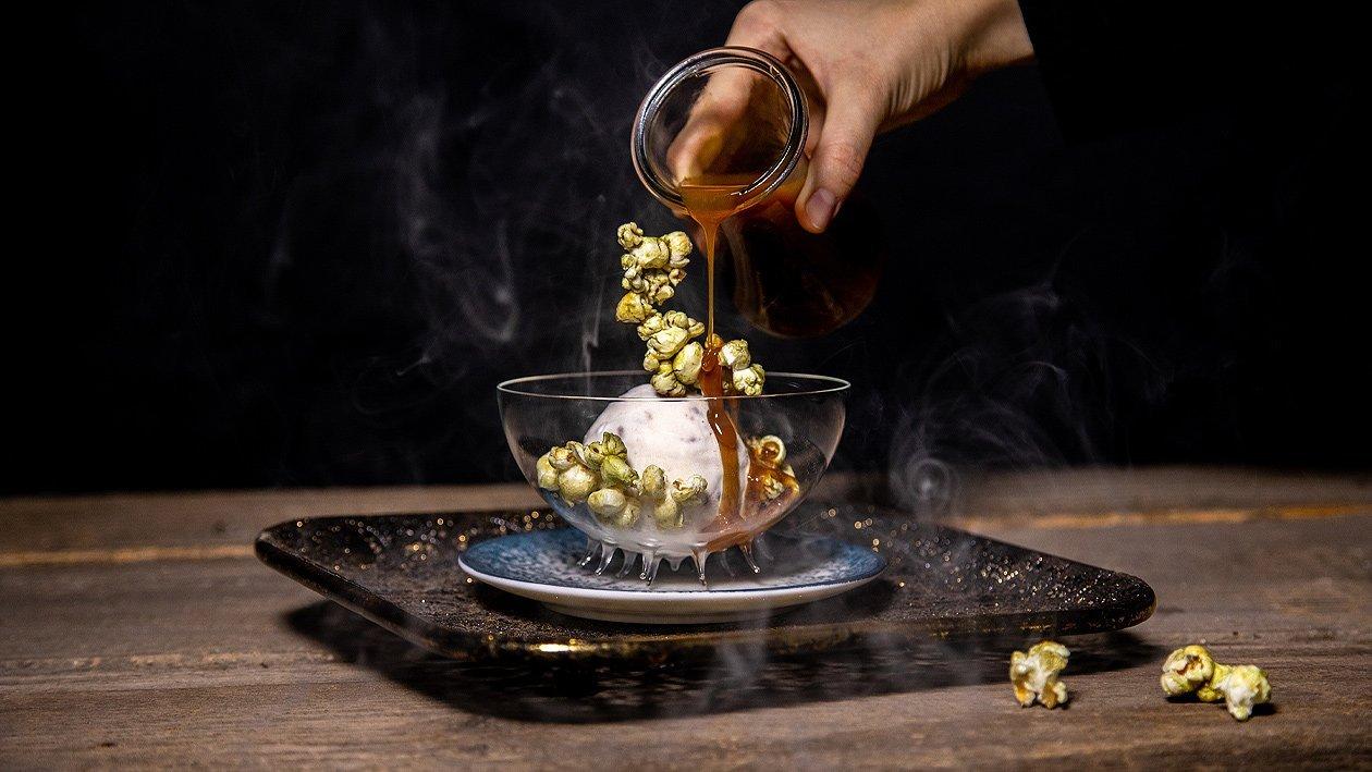 Vanille Pecannut Eis mit Kürbis Popcorn und Caramel Topping