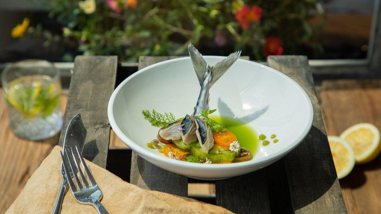 Gebratenes Makrelenfilet auf grünen Tomaten im Gurken - Apfelfond