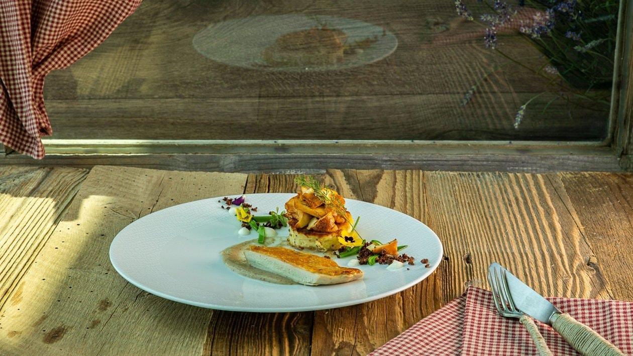 Maispoulardenbrust in Gerstlcreme mit Eierschwammerl und Kartoffel Senf Schmarren