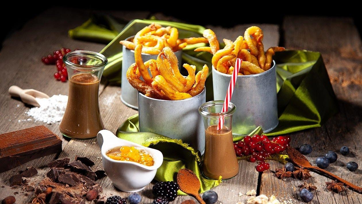 Churros mit heisser Bananen Schokolade Sauce, Kumquatragout und Orangengelee