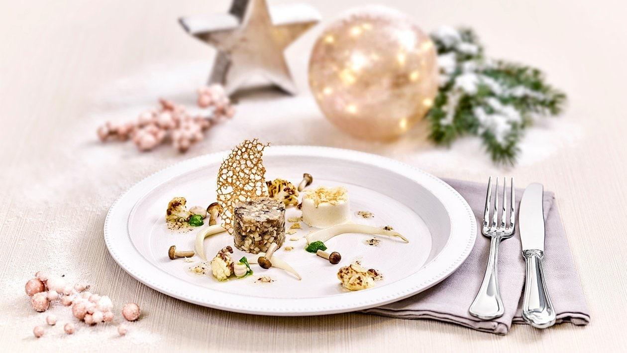 Tartar von heimischen Pilzen mit gerösteten Karfiol Salat, Parmesan Panna Cotta und einer Kaffee - Haselnuss Zitronen Vinaigrette