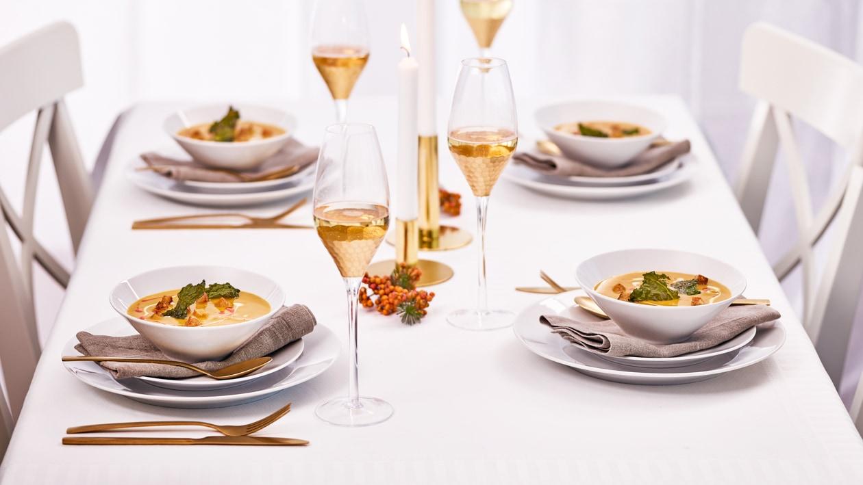 Hokkaido – Mispel Suppe mit Schwarzkohlchips
