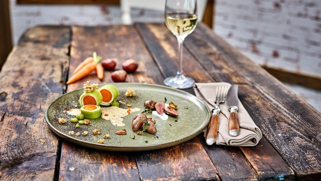 Karotte, Lauch, Senfsauce, knusprigen Buchweizen, Petersilienasche mit Hühnerherzen