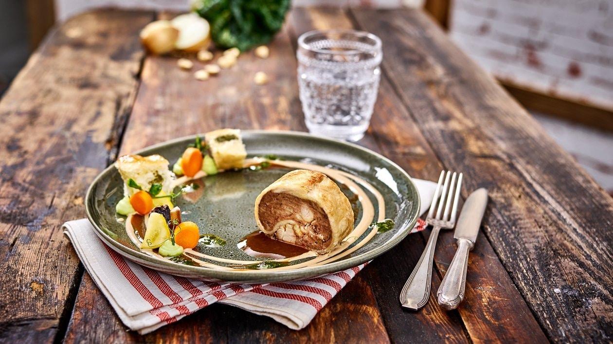 Leberbunkel mit Mangold und Schafskäse gefüllte Buchteln, Malzbiersauce, Malzbier Hollandaise & Nuss Pesto