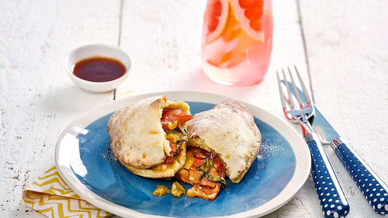 Kartoffel Calzone mit Gemüsefüllung und Spicy-Tomatendip