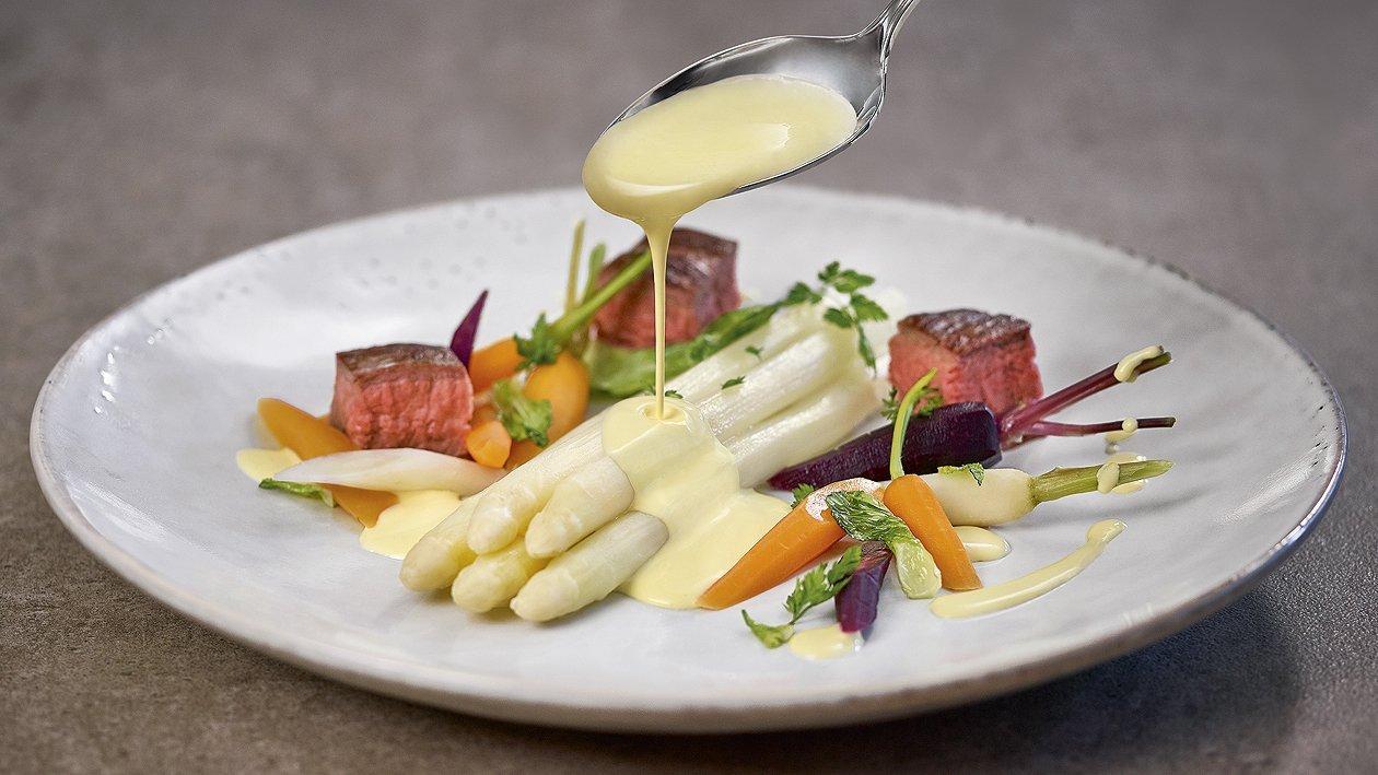 Gegrilltes Flank Steak mit Spargel, Karotten - Frühlingszwiebelgemüse und Sauce Hollandaise
