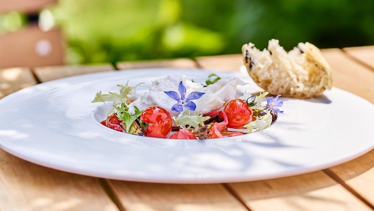 Gezupfter Burrata mit glasierten Ofen Rhabarber-Spargel und konfierte Tomaten