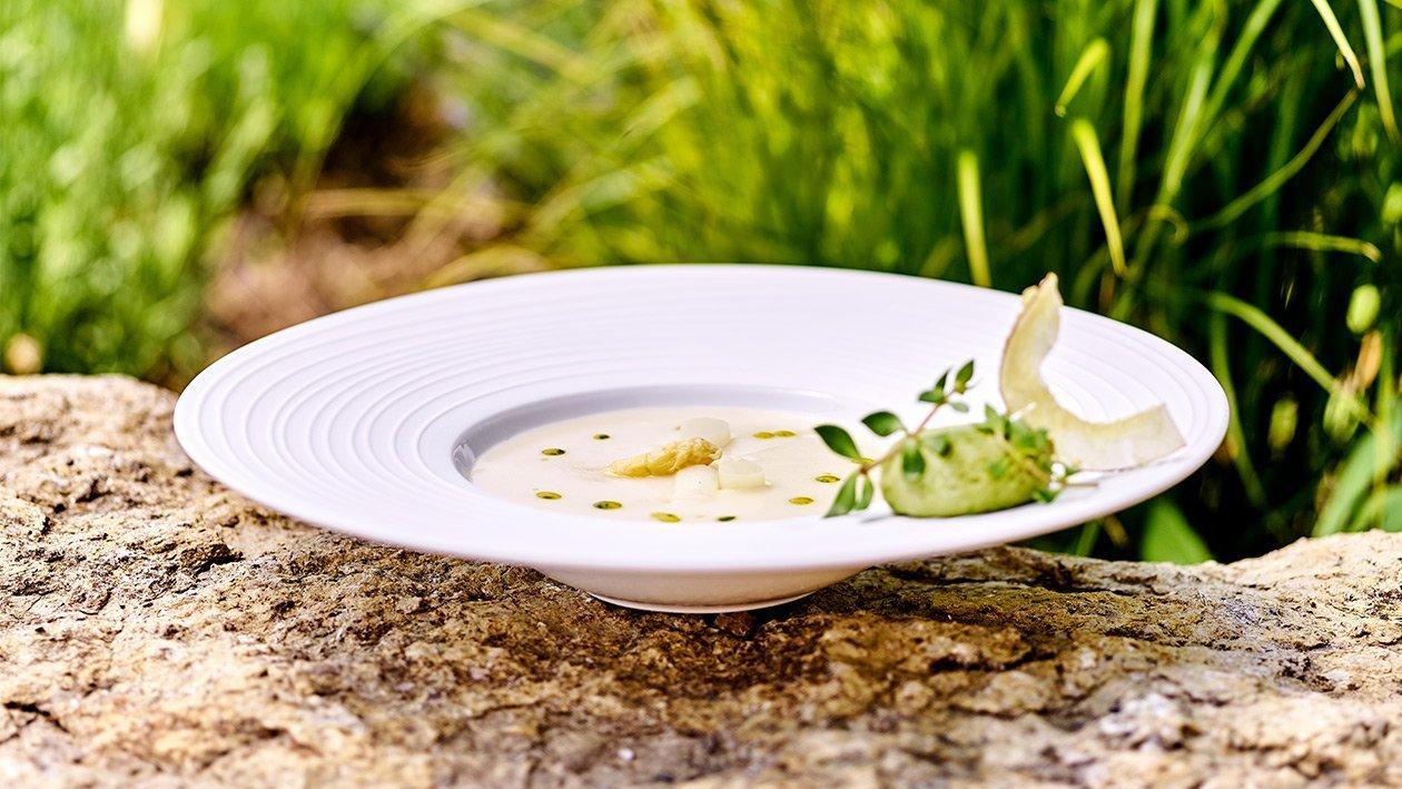 Spargel - Kokos - Suppe mit Auflauf von jungen Erbsen