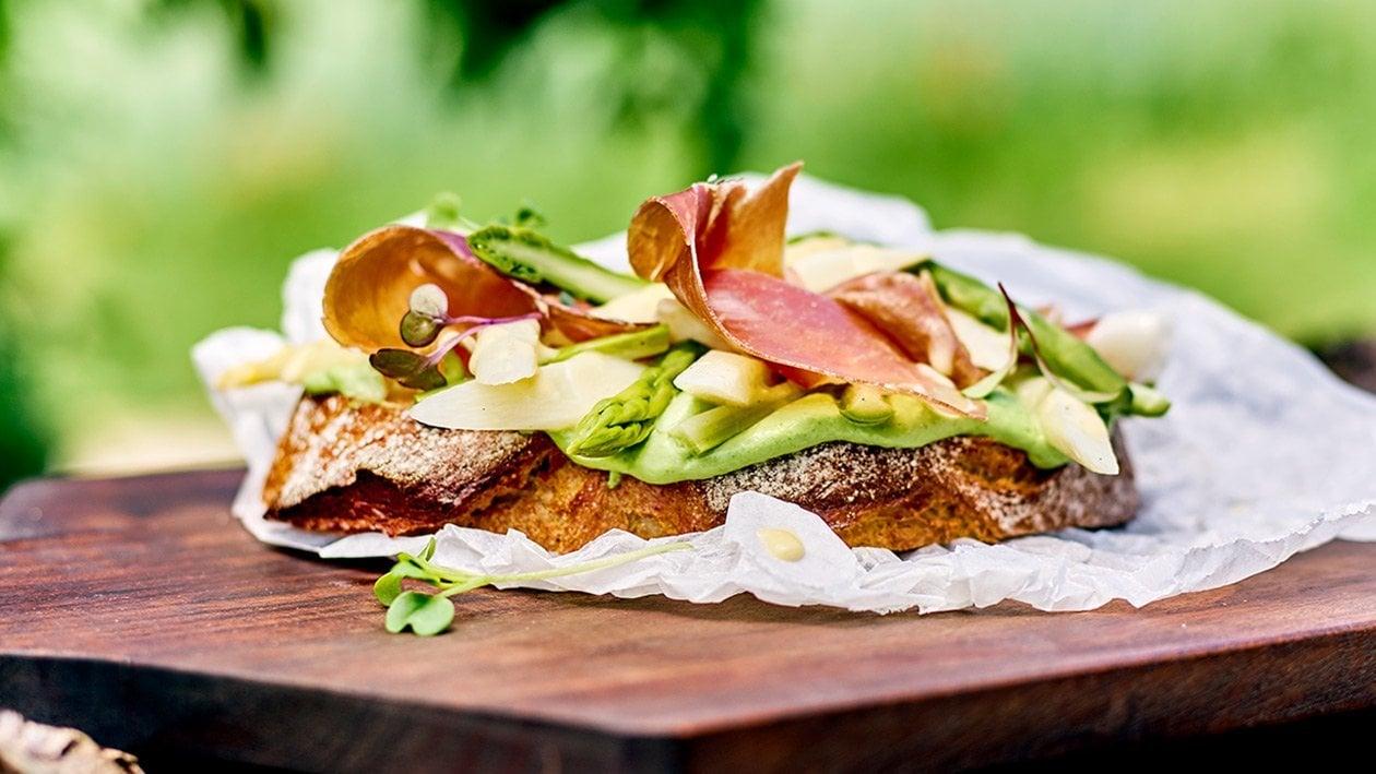 Spargelfeld Jause: Kartoffelbrot, Petersilienaufstrich, lauwarmer Spargelsalat mit luftgetrockneten Schinken