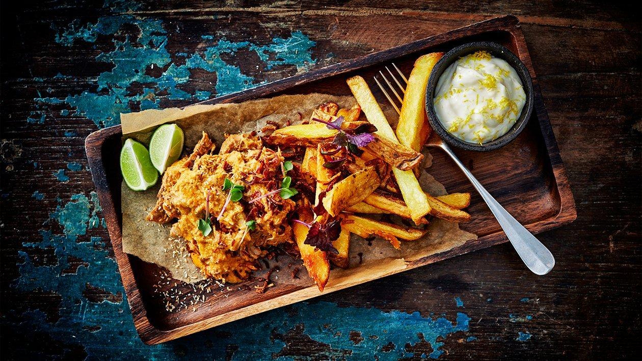 Rotes Kokosnuss- Curry mit Pommes frites und Limetten